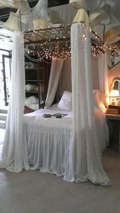 Bedroom decorating ideas on pinterest old bed springs for Bed spring decoration