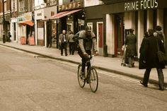 Te contamos seis de los errores más frecuentes que comete un ciclista urbano: son tan habituales como absurdos y, por suerte, fáciles de corregir.