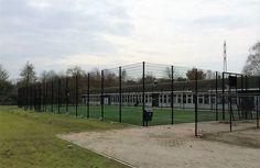 Sportkooi 20 x 40 meter, met kunstgras. Combinatie van basketbal en voetbal.
