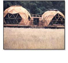 Geodesic domes at Oz Farm la la la la la geodesic Dome Structure, Geodesic Dome Homes, Great Buildings And Structures, Modern Buildings, Dome House, Earth Homes, Earthship, Round House, Interior Architecture