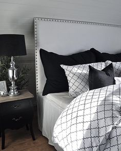 Mitt nye favoritt rom Det nye soverommet vårt er straks ferdig!  My new favourite room Our new bedroom is almost done!  #myhome #home #new #bedroom #decor #design #style #homedecor #decorating #interior #interiør #interiors #interiordesign #love #quatrefoil #pattern #black #white #silver #grey #sleep #styling #life #homesweethome #beautiful #sun