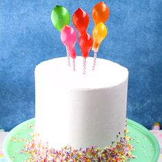 Mold edible balloons out of gummy bears to decorate your next birthday cake. All you need is a partially inflated balloon to mold the shape. Cake Decorating Videos, Birthday Cake Decorating, Cake Decorating Techniques, Cookie Decorating, Lemon And Coconut Cake, Cupcake Cakes, Cake Cookies, Balloon Cake, Balloon Cupcakes
