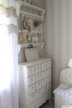 makuuhuone,romanttinen,maalaisromanttinen,vaalea,vaalea sisustus,raitatapetti,hylly,hyllykkö,naulakko,lipasto