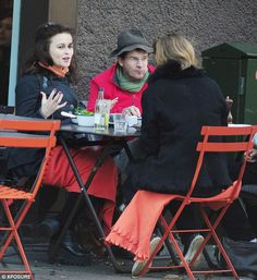 Хелена Бонэм Картер на обеде с друзьями в Лондоне.