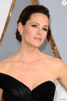 Jennifer Garner Si naturelle (voire trop) au quotidien, Jennifer Garner en fait des caisses aux Oscars et elle a raison ! Elle est épatante de beauté.
