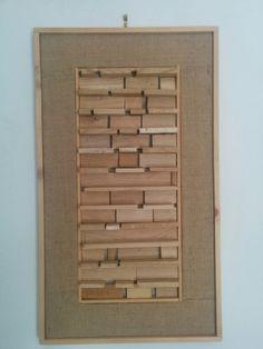 Modulo C2. Si tratta di un assemblaggio casuale di legnetti accendifuoco di varie misure, disposti orizzontalmente e appoggiati alternativamente di piatto e di taglio.