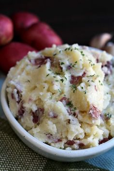 Easy and flavorful Garlic Parmesan Red Mashed Potatoes are the perfect tasty side dish! Mashed potatoes are a classic side dis. Classic Mashed Potatoes Recipe, Garlic Red Mashed Potatoes, Perfect Mashed Potatoes, Cheesy Potatoes, Baked Potatoes, Smashed Red Potatoes, Parmesan Potatoes, Mashed Potato Recipes, Thanksgiving Recipes
