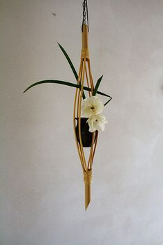 Un petit bouquet ou un soliflore dans une cage de bambou. Suspension.  - Beautiful and artistic use of bamboo basket