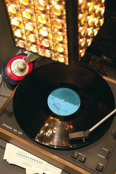 Der Plattenspieler aus der Ausstellung. Standardwerkzeug eines Schallplattenunterhalters :)  Copyright: DDR Museum, Berlin. Es ist keine kommerzielle Nutzung des Bildes erlaubt. But feel free to repin it!