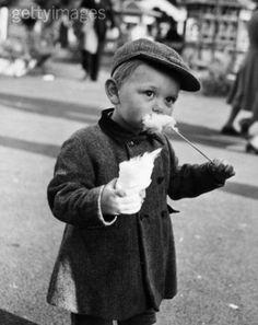 Fête foraine Petit garçon et barbe à papa by Robert #Doisneau #candyfloss
