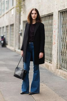 Learn different ways you can wear flare jeans now to look up to date, in our go-to outfit guide to how to style flared denim jeans all year round.: Classy Daytime Outfit – Flare Jeans and Boyfriend Coat Flare Jeans Outfit, Jeans Outfit Winter, Flare Pants, Denim Outfit, Red Pants Outfit, Jean Outfits, Casual Outfits, Estilo Jeans, Look Jean
