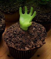 Halloween zombie cupcakes- those green hands can be bought online holidays Cowboy Cupcakes, Zombie Cupcakes, Fun Cupcakes, Cupcake Party, Cupcake Ideas, Halloween Kostüm, Halloween Treats, Halloween Costumes, Halloween Cupcakes Decoration