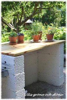 Nu står vårt utekök klart! Sambon har haft idén länge och nu i sommar blev det byggd. Det är byggd av lecablock som ligger omlott, och ä...