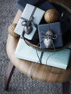 Artful Gift Wrap (Portuguese)- There is nothing more beautiful than Christmas goodies wrapped up neatly.