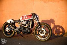 """HONDA 500 CX """"DE LA MORT !"""" La dernière-née de l'atelier, un projet un peu spécial car il s'est fait au fur et à mesure de notre """"temps libre"""". Cette moto aura été réalisée sur un an et demi. Le projet a commencé par l'adaptation d'un réservoir de 125 Twin qui avait été retiré d'une …"""
