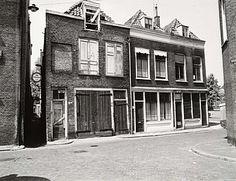 552_306911 Onbewoonbaar verklaarde woningen in de Doelstraat. Foto gemaakt vanuit het Stek. Met … - Regionaal Archief Dordrecht