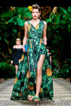 Live Fashion, Fashion Wear, Asian Fashion, Runway Fashion, Fashion Outfits, Fashion Tips, Tropical Fashion, Tropical Dress, Resort Wear For Women