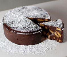 Keksztorta 5 hozzávalóból – amilyen hamar összedobható, olyan hamar el is fogy! Pillanatok alatt kész és még sütni sem... - Hozzávalók:      40 dkg háztartási keksz     17 dkg vaj     40 dkg jó minőségű csokoládé     1,8 dl habtejszín     rumaroma