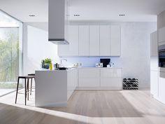 SieMatic Küche S3 weiß mit raumhohen Hochschränken. Klares Design