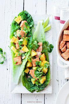 Sałatka z pieczonym łososiem, ananasem i chili