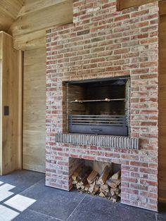 sauna in houten bijgebouw   Bogarden English Country Cottages, Sauna Diy, Outside Room, Fireplace Design, Outdoor Kitchen, Fireplace, Cottage, Outdoor Fireplace Designs, Pool Houses