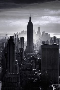 NYC New York City - Manhattan with the Empire State Building in black and white Empire State Building, Empire State Of Mind, Photographie New York, Places To Travel, Places To Visit, Voyage New York, Black And White City, I Love Nyc, Dream City