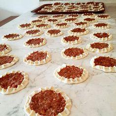 Miss gibi ağzı açık 💐 Dün sevgili ablam @nurmutfagi yaptı ben ise ekrana yapıştım bügünde kalktım yaptım tarif sunum ile birlikte gelecek… Taco Pizza, Breakfast Items, Arabic Food, Turkish Recipes, Food Design, Brunch, Cheesecake, Food And Drink, Dining