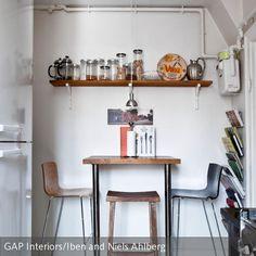 Perfekt, wenn es morgens schnell gehen soll: Dieser kleine Essplatz in der Küche wurde mit einem hohen Tisch und passenden Barhockern eingerichtet. So sind die…