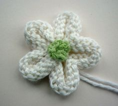 Flower Tutorial Add a touch of spring to all your projects with this free Knitted Flower Tutorial.Add a touch of spring to all your projects with this free Knitted Flower Tutorial. Easy Knitting Patterns, Knitting Stitches, Free Knitting, Knitting Projects, Baby Knitting, Crochet Projects, Knitting Tutorials, Knitting Ideas, Knitted Flowers Free