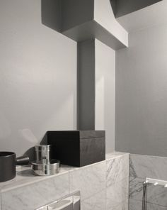 Toilet´s grey wall / time of the aquarius
