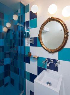 salle de bains originale avec carrelage bleu canard bleu marine et blanc - Faience Bleue Salle De Bain
