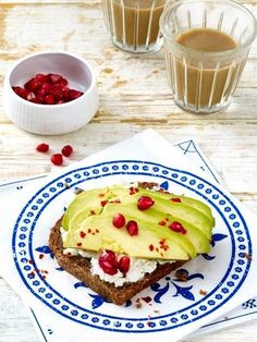 Zahlreiche Studien belegen: Nicht-Frühstücker nehmen über den Tag verteilt mehr Kalorien zu sich als Frühstücker. 10 gesunde