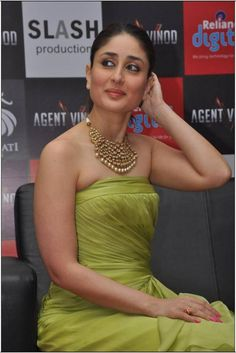 27 Most Stylish Hairstyles Kareena Kapoor has Ever Flaunted! Indian Bollywood Actress, Bollywood Fashion, Indian Actresses, Kareena Kapoor Khan, Kareena Kapoor Hairstyles, Kajol Saree, Karena Kapoor, Indian Celebrities, Event Dresses