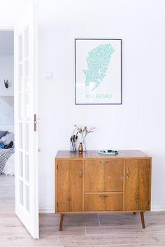 Un acogedor salón en blanco y madera