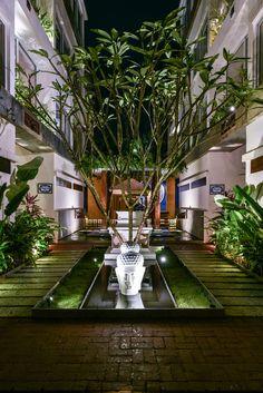 Image 30 of 43 from gallery of Urban Alchemy 9 / Ankit Prabhudessai. Photograph by Prashant Bhat Courtyard Design, Balcony Design, Patio Design, Garden Design, Bungalow Landscaping, Back Garden Landscaping, Terrace Decor, Terrace Garden, House Landscape