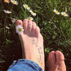 #apiedinudi #barefoot #erba #grass #green #garden #flowers #daisy #daisyflowers #margherita #margherite #springday #spring #primavera #sunnyday #onceuponatimetattoo #tattoo #tatuaggio #ouat #oncers #onceuponatime #ceraunavolta #favole #fairytales