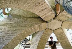 Sechs überdimensionierte Stützen tragen die erste Kuppel aus Lehm. Foto: PD