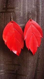 Aros modelo hojas en cuero repujado color rojo