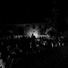 Anche ieri grande successo per le Serate gozziane: in una notte serena illuminata dalla luna, nella suggestiva cornice del parco di villa Gozzi, gentilmente messo a disposizione da Valperto degli Azzoni Avogadro, un centinaio di persone hanno potuto conoscere la vita e le ultime scoperte sulle opere di Gasparo Gozzi #gozzi700