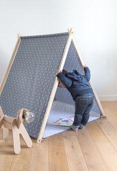 La petite tente tipi pour enfant se décline aussi en gris souris ! Elle est livrée dans un sac de rangement, du même tissu que la tente. Très facil...