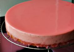 Glazura oglinda colorata se prepara foarte usor si da un aspect frumos deserturilor … Striped Cake, Mirror Glaze Cake, Creme Caramel, Pasta, Marzipan, Dessert Recipes, Desserts, Nutella, Fondant