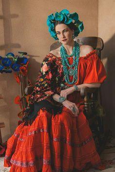 Rocki Gorman La Fonda Hotel in Santa Fe, NM. Only in Santa Fe would someone wear 57 turquoise necklaces. Fashion Mode, Look Fashion, Fashion Art, High Fashion, Fashion Design, Mexican Fashion, Mexican Style, Bohemian Mode, Boho Chic