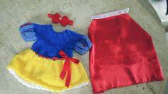 Conjunto confeccionado em tricô em fio antialérgico.  Detalhe: capa de.cetim, fitas,Strauss  Cor -/azul,amarelo e vermelho  Tamanho RN/ 1 a 3 meses