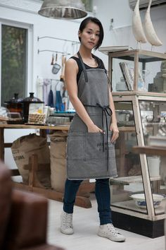 The apron is made from waxed cotton canvas. It is strong and simple for daily use . It looks stylish and artisanal for men and women. The apron is the perfect choice for all activities.  The pockets can hold tools and accessories for the users convenience. Model : Height : 53 (160 cm) Weight : 105 pounds (48 kg)  Model : Height : 55 (168 cm) Weight : 108 pounds (49 kg)   / Color: Grey Materials : Waxed canvas  Product details : 4 pockets with pen & tool slots H 80 cm x W 62 cm (excluding…