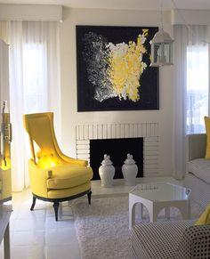 Sala branca com sofá amarelo