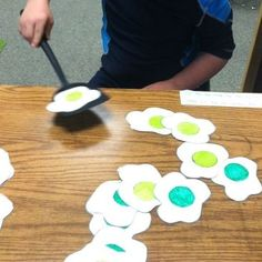 dramatic play or sensory options: Green egg flip! Write letters, numbers, sightwords, etc on back and have students flip them to identify! Seuss Week - Green Eggs and Ham Dr. Seuss, Dr Seuss Week, Preschool Themes, Preschool Activities, Dr Seuss Crafts, March Crafts, Dr Seuss Birthday, Green Eggs And Ham, Alphabet