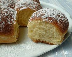 BRIOCHE BUCHTY  - 500 g de farine type 45  - 20 g de levure fraîche de boulanger ou 1 cuillère à soupe de levure sèche de boulanger  - 1 pot de crème fraîche épaisse de 20 cl  - 100 g de sucre (60 g dans la recette initiale)  - 2 oeufs entiers (ou 5 jaunes d'oeufs) à compléter à 190 g avec du lait entier*  - 1/2 cuillère à café de sel (1 cuillère dans la recette initiale)  - 1 cuillère à café d'extrait de vanille liquide de Thiercelin
