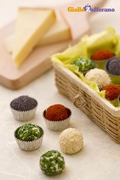 Tartufini di formaggio ai 4 colori (cheese truffles) Party Finger Foods, Finger Food Appetizers, Yummy Appetizers, Appetizer Recipes, Antipasto, Appetizer Buffet, Fromage Cheese, Appetisers, Creative Food