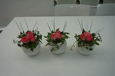 Rose arrangements in square glass vases. Art Floral, Deco Floral, Floral Design, Rosen Arrangements, Small Flower Arrangements, Wedding Table Deco, Deco Table, Nylon Flowers, Faux Flowers