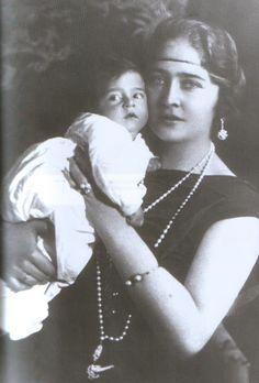 Краљица Марија са сином Престолонаследником Петром. Queen Marja Karadjordjevic with hereditary prince Petar